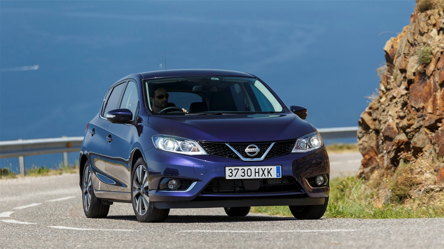 Nissan Pulsar – Hatchback | Front action shot on curved road