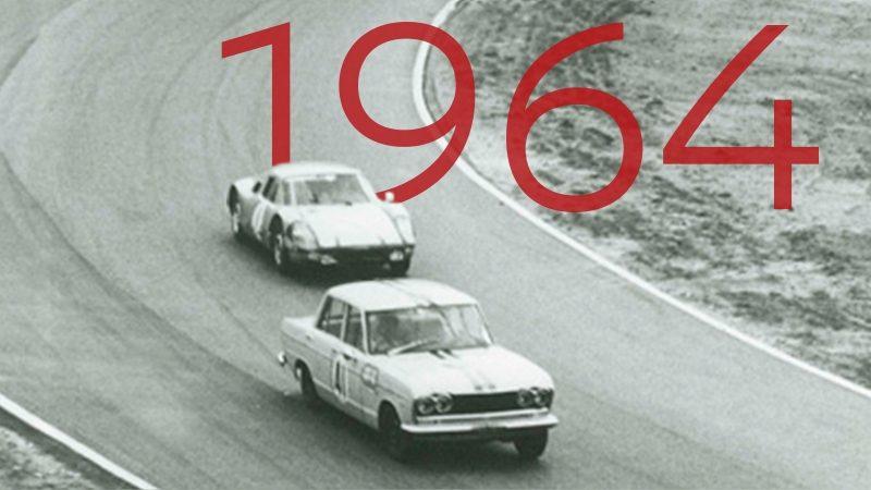 1964 Skyline GT liegt vor dem Porsche 904 beim Gro?en Preis von Japan in Führung