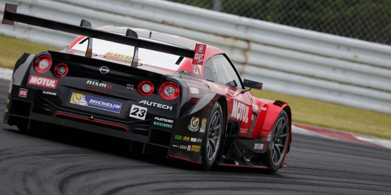 NISSAN GT-R NISMO GT3 Heckansicht auf der Rennstrecke