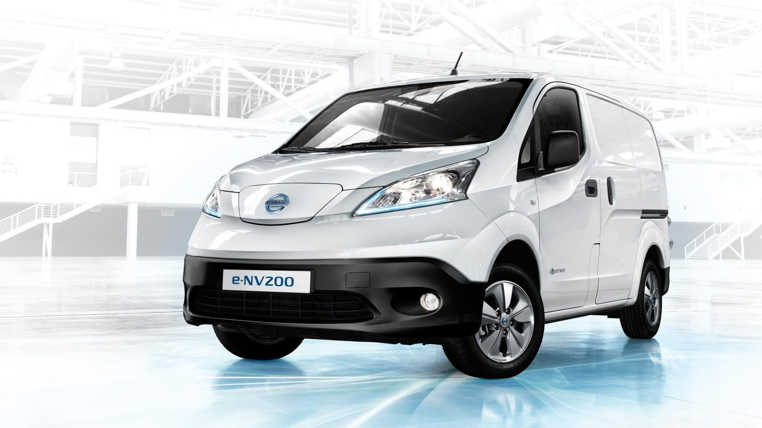 Nissan e-NV200 - 3/4 front parked in warehouse