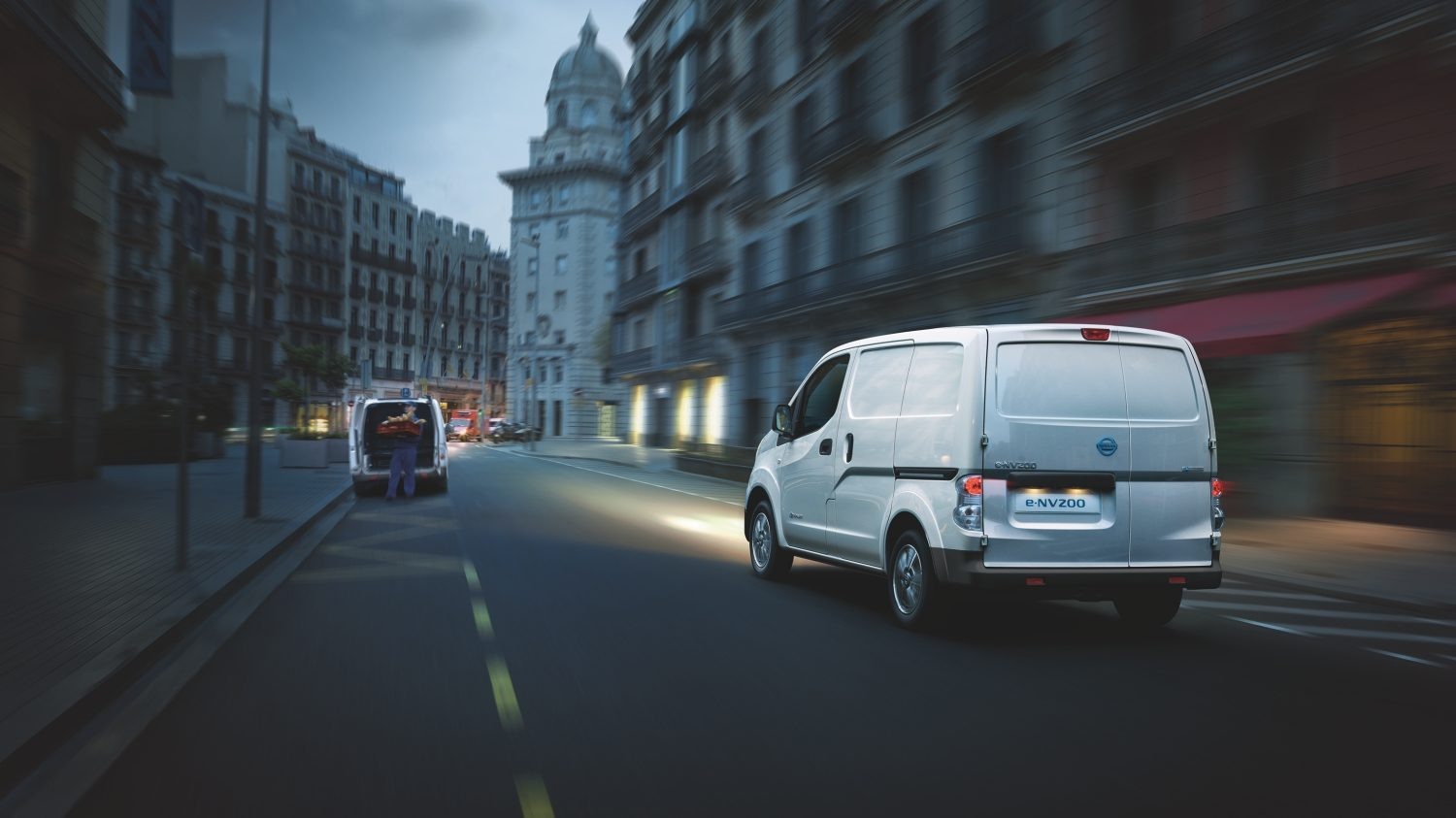 Nissan e-NV200 - Rear angle while driving in the city at night