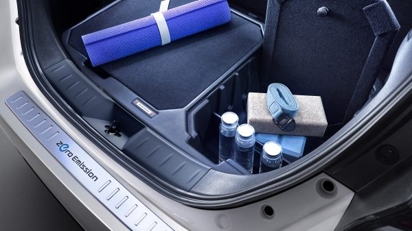 Nissan LEAF cargo organizer with divider and bumper protection