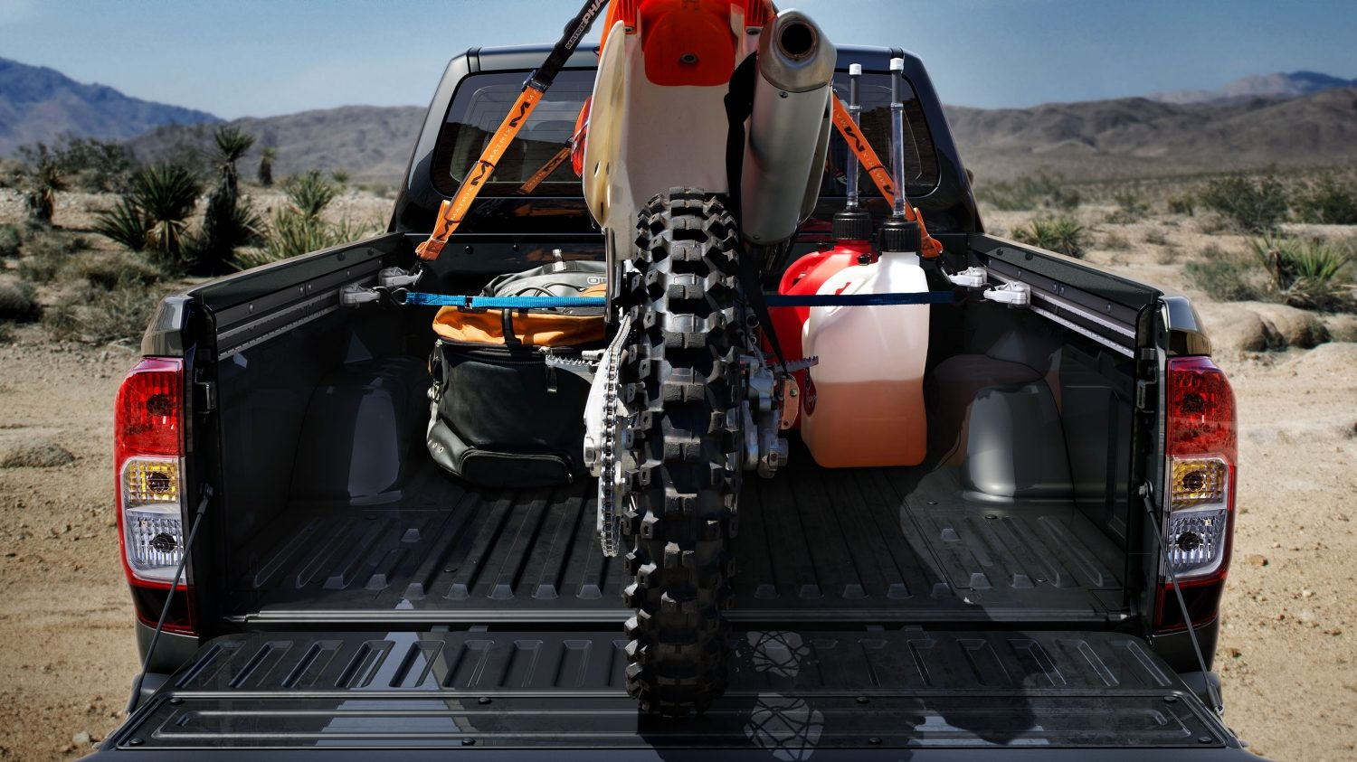 Nissan NP300 Navara - Rear view of cargo bed with dirt bike