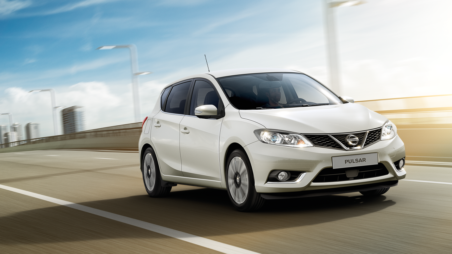 Berline Nissan PULSAR - Photo en action sur route 7/8 avant
