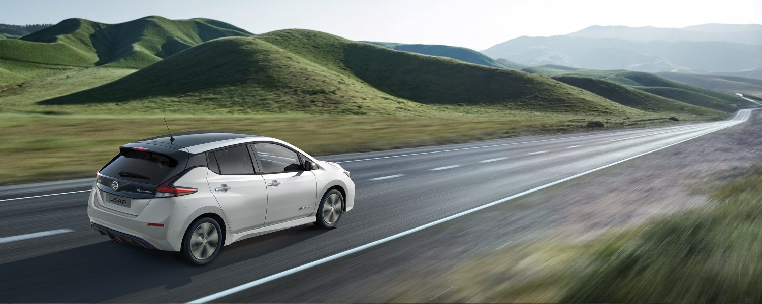 Nissan LEAF in movimento in campagna