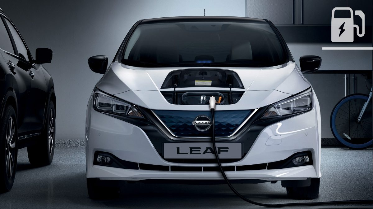 Nissan LEAF lader med en wallbox i en garasje