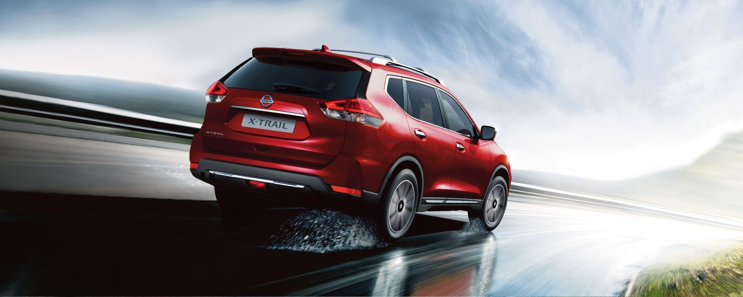 Nissan X-TRAIL – Vista posteriore in movimento sotto la pioggia
