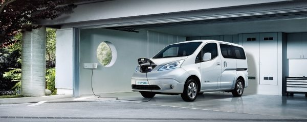 Der NISSAN e-NV200 beim Laden in der Garage