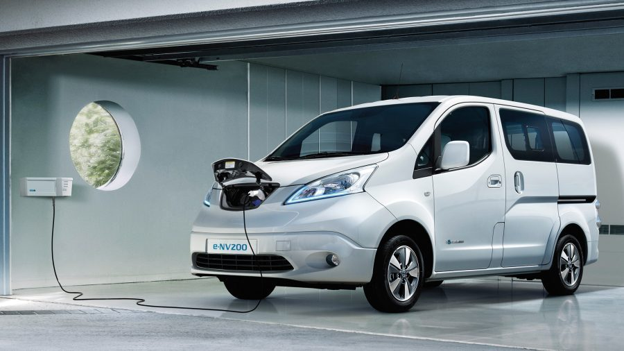 Nuovo Nissan e-NV200 EVALIA in carica in un garage con wallbox