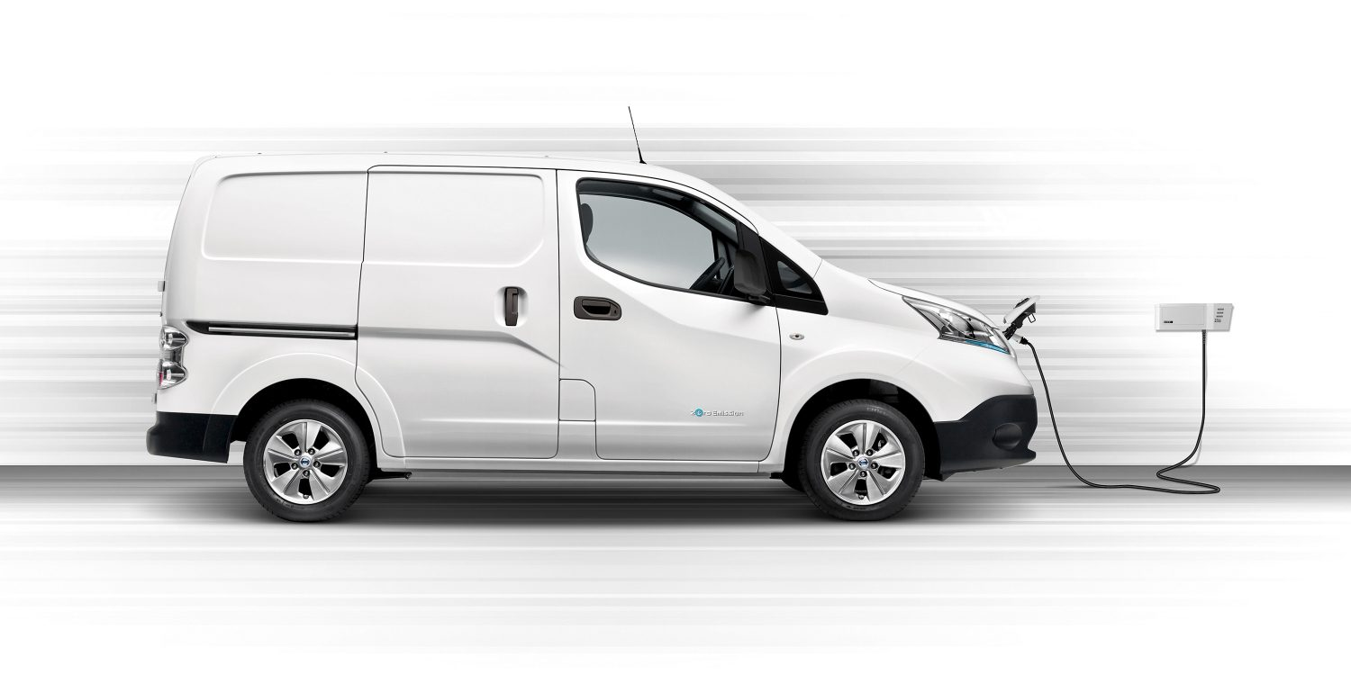 Ny Nissan e-NV200 i profil, mens den lades i en Wallbox
