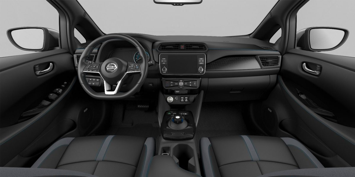 Nissan LEAFi salong – must nahk