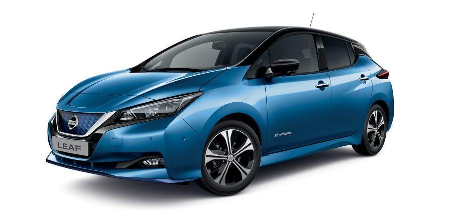 Vue avant de 3/4 de la Nissan LEAF e+ bicolore noir et bleu