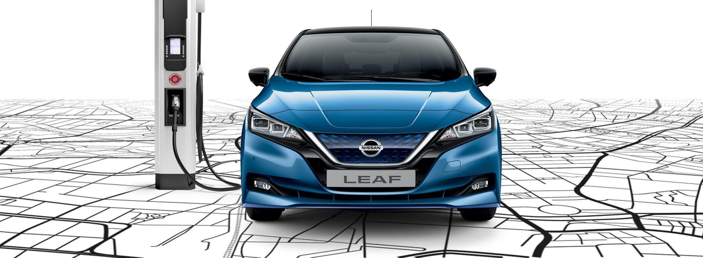Vue avant de la Nissan LEAF e+ en train d'être rechargée à une borne de recharge rapide