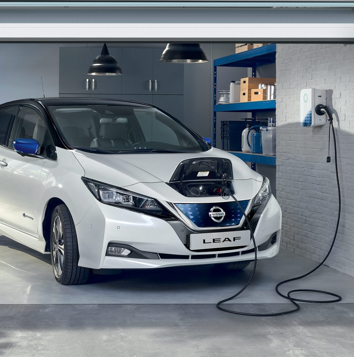 Nissan LEAF durante la ricarica in un garage privato con Nissan Wallbox