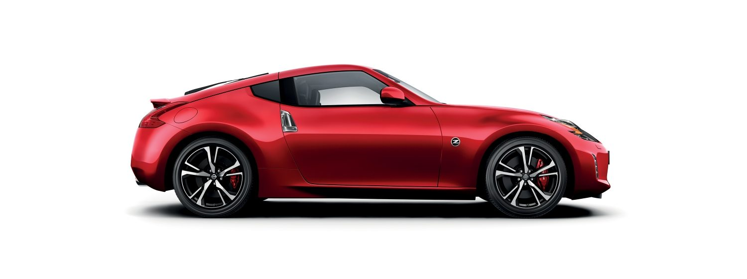 Nissan 370Z – Red 3/4 vy från sida/front