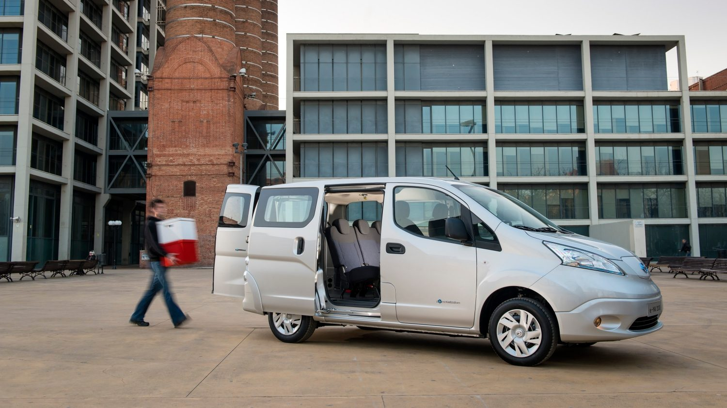Nissan e-NV200 grey - Side view with doors open