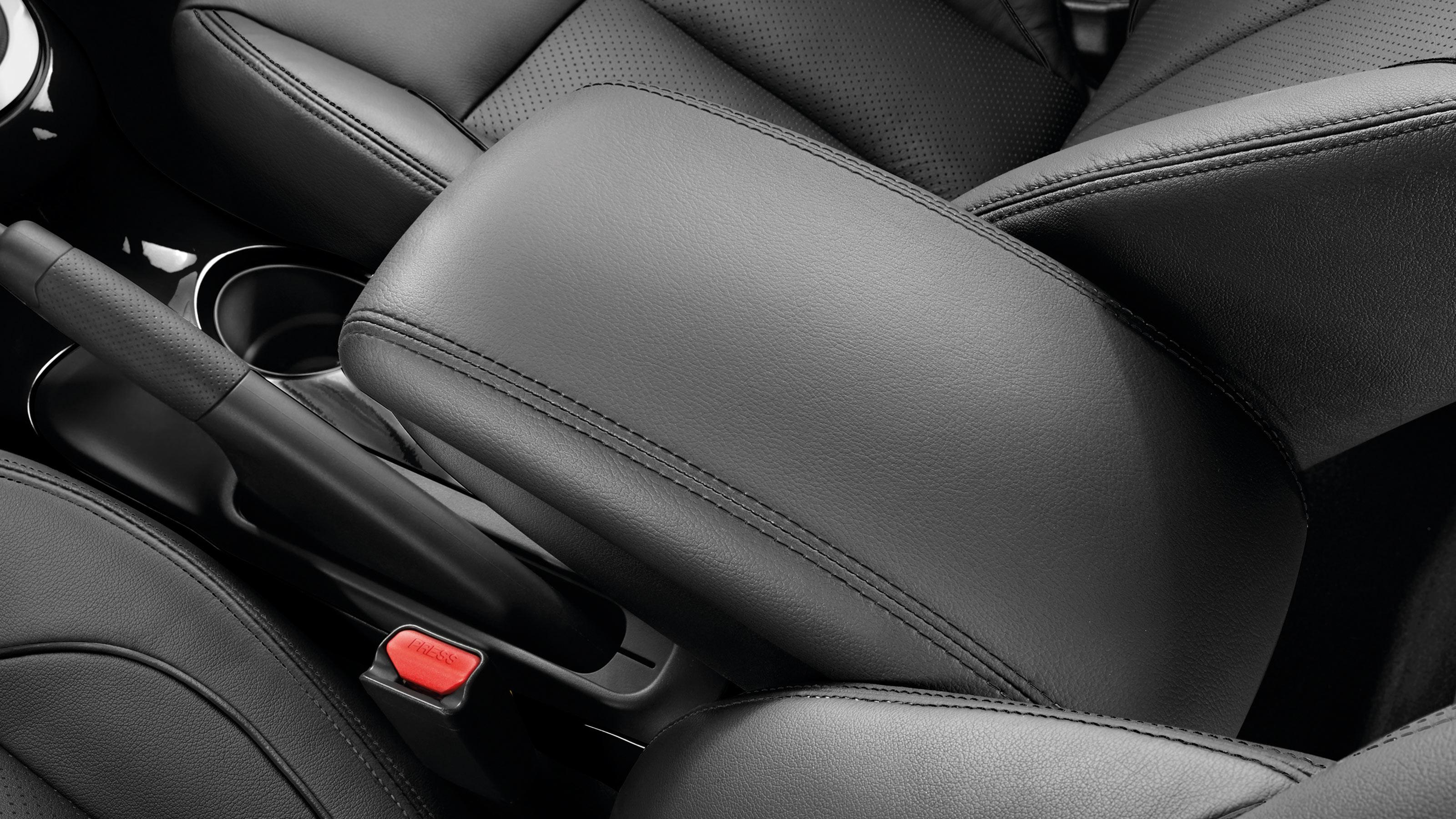 Nissan JUKE 2018: кожаный подлокотник