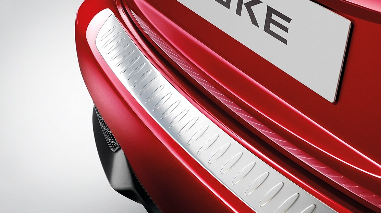 Nissan JUKE 2018: верхняя защитная накладка на задний бампер