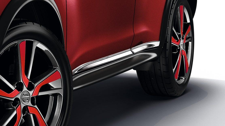 Nissan JUKE 2018: хромированные накладки на пороги дверей