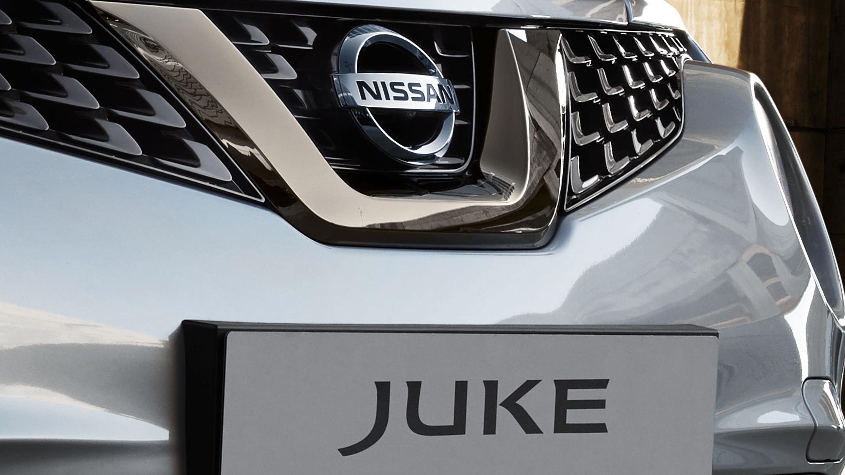 NISSAN JUKE 2018 Kühlergrill in V-Form