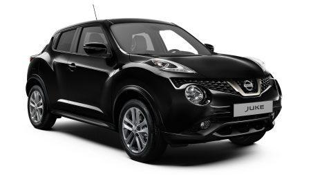 Черный Nissan JUKE2018, вид спереди с поворотом на 3/4