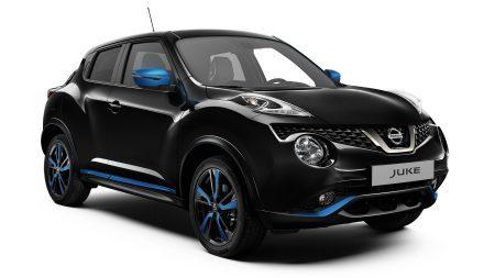 Черный Nissan JUKE 2018, вид спереди с поворотом на 3/4, элементы персонализации синего цвета Power Blue