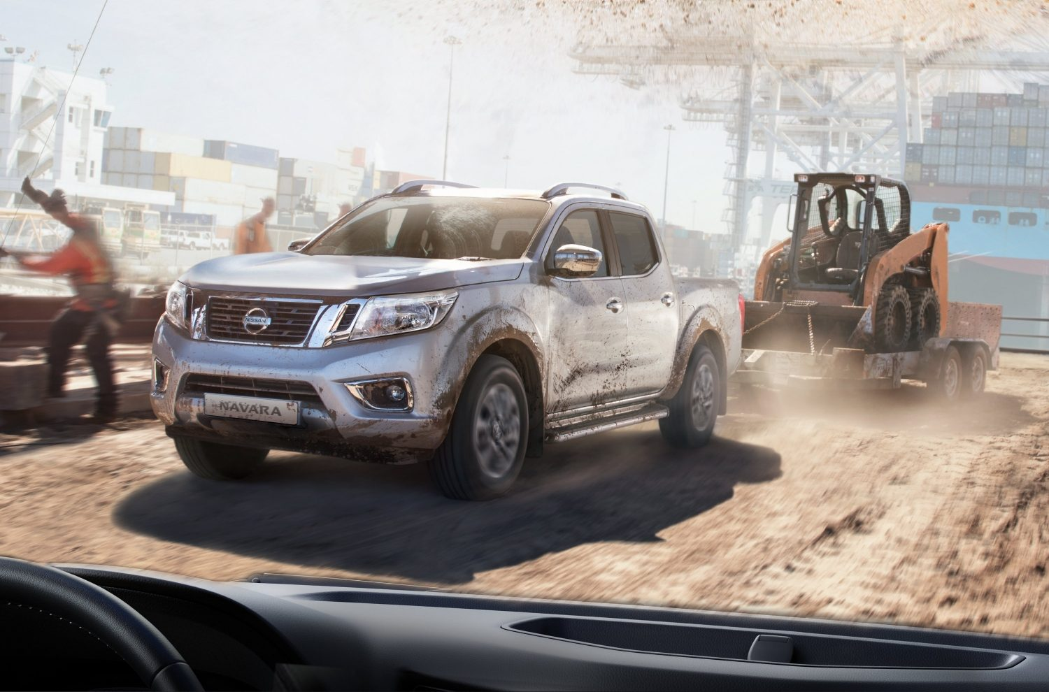 Nissan NAVARA in movimento immagine frontale 3/4 mentre traina un rimorchio