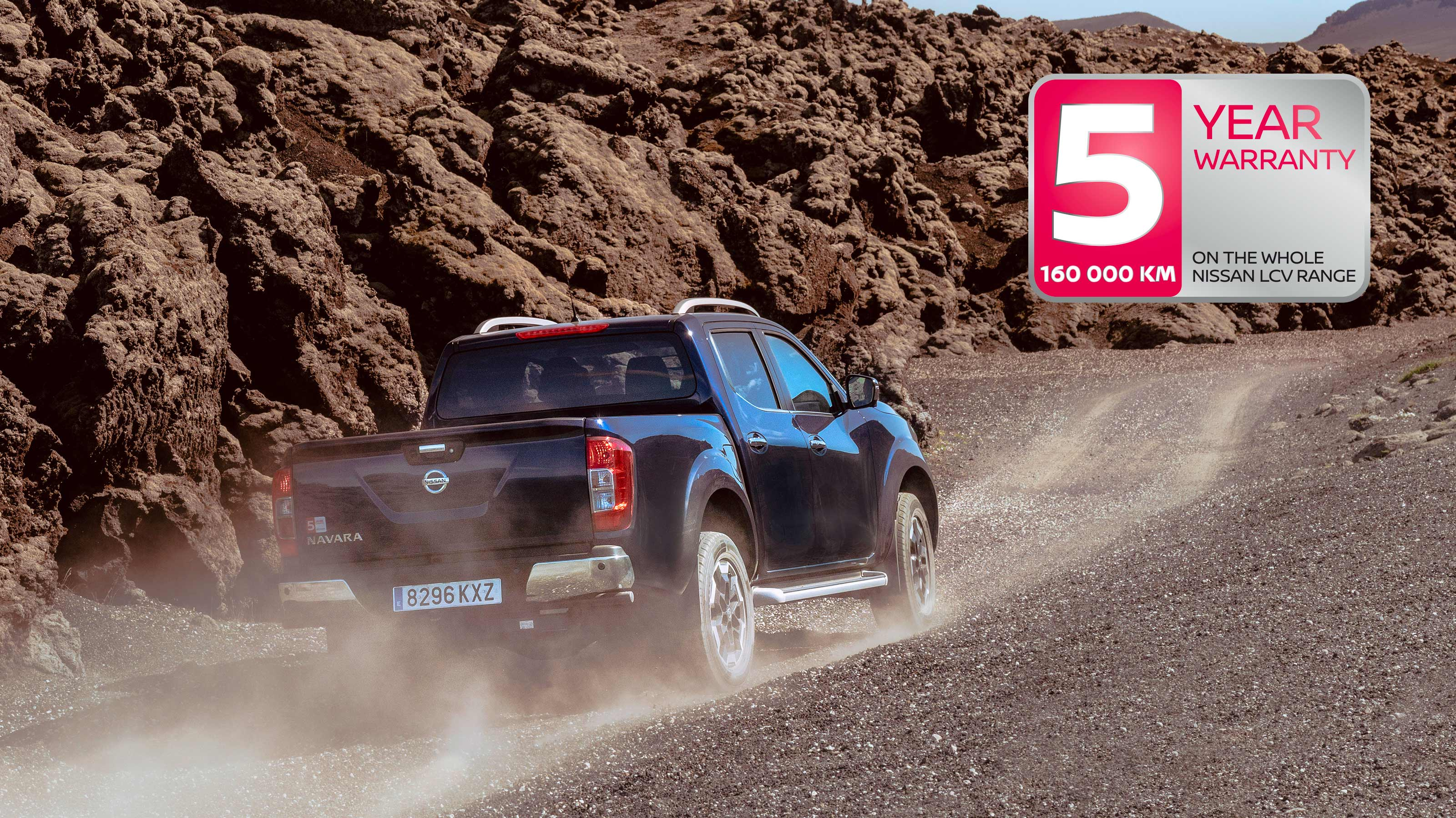 NISSAN NAVARA in movimento nel deserto