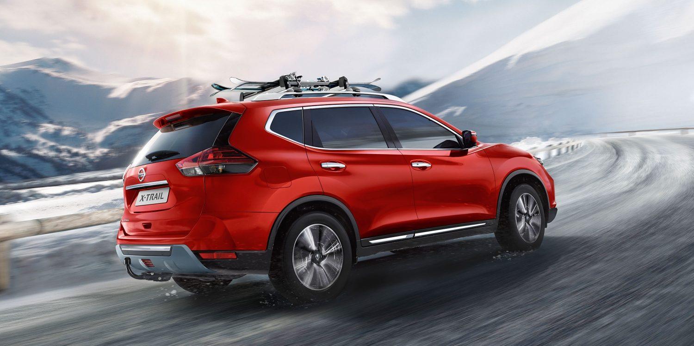 """""""Nissan X-Trail"""", važiuojančio sniegu su stogo dėtuve, 7/8 nuotrauka"""