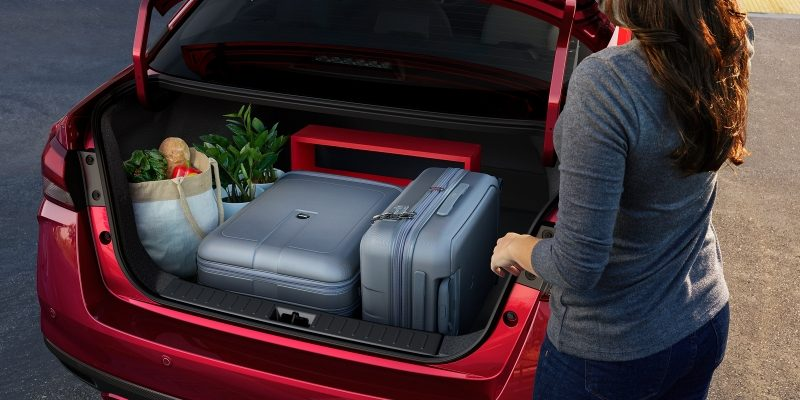 Nissan SUNNY trunk space and 60/40 split seats showing luggage in trunk