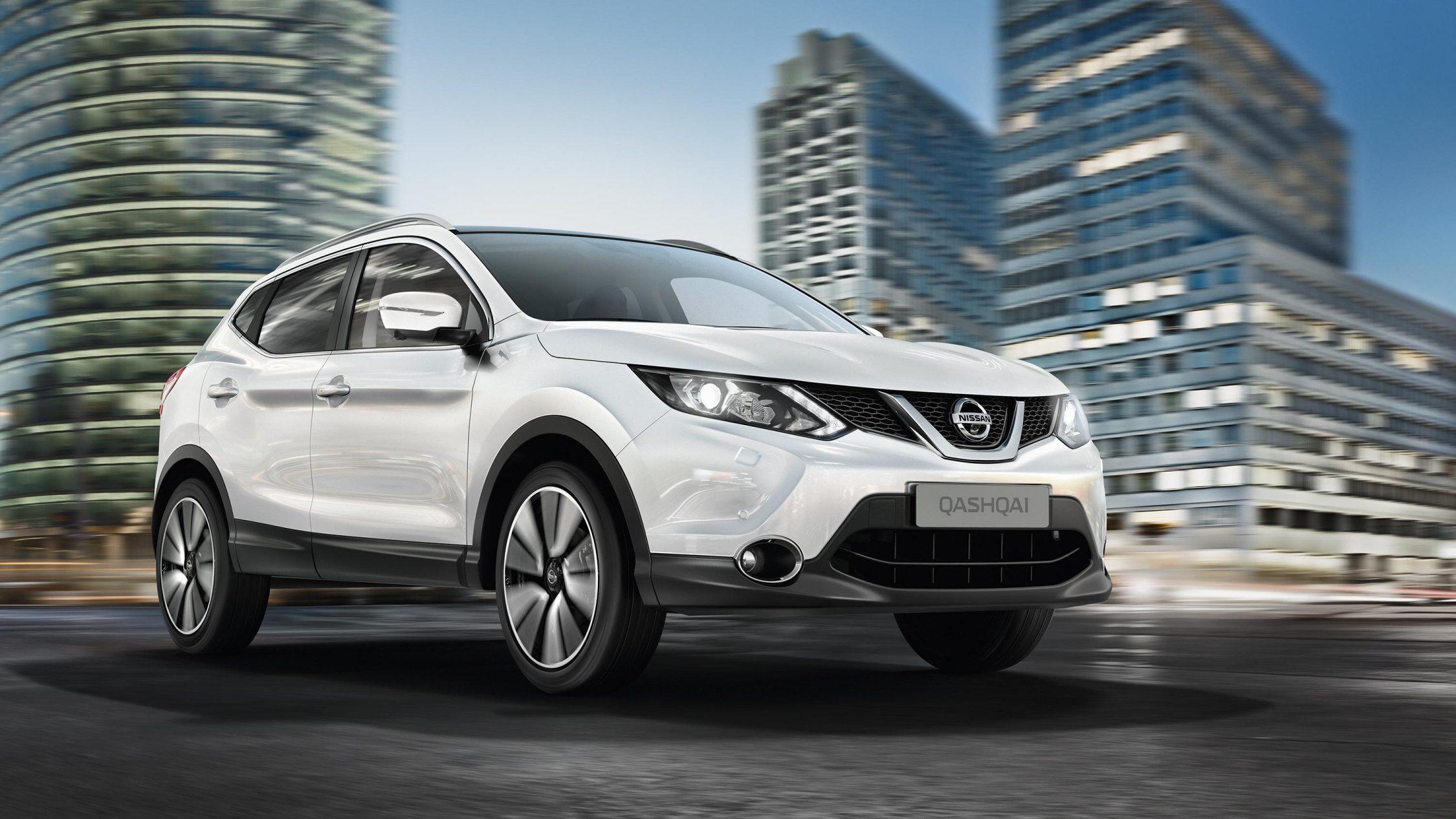 Nissan QASHQAI белого цвета— вид спереди с разворотом 3/4