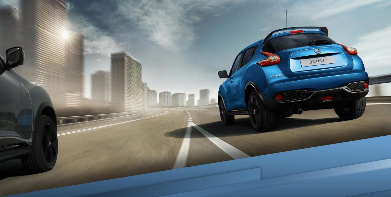 Новий Nissan JUKE (Ніссан Джук, Ніссан Жук), рух по автомагістралі з поворотом на 3/4, вид ззаду